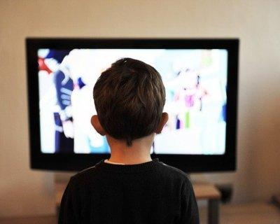 Bambini e Tv: scuole chiuse, bambini davanti al televisore
