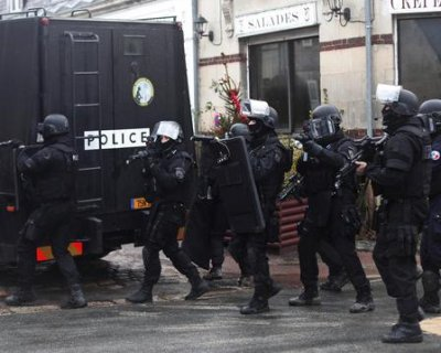 Parigi, doppio blitz: uccisi gli assaltatori di Charlie Hebdo