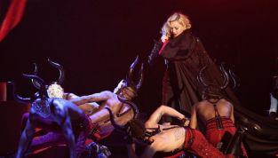 Madonna dopo la caduta incolpa il mantello di Armani. Re Giorgio non ci sta