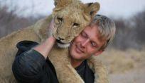 Leonessa abbraccia uomo che l'ha salvata, un video virale