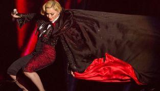 Madonna cade dal palco sulle note di Living For Love