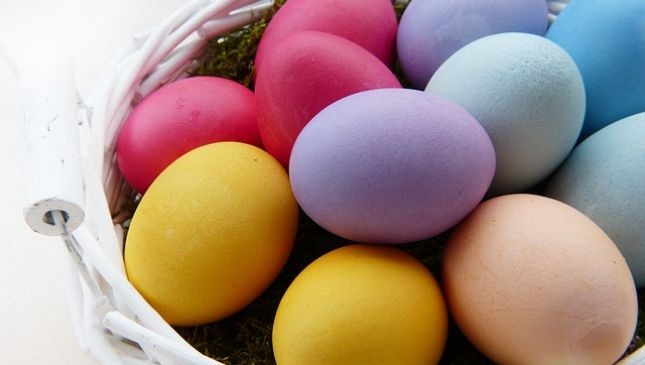 Uova pasquali colorate con metodi naturali
