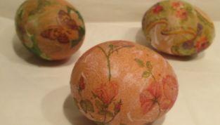 Uova di Pasqua decorate con il decoupage