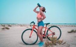 Bere acqua contro la cellulite, serve davvero?