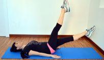Addominali con sforbiciate a gambe alterne per una maggiore elasticità