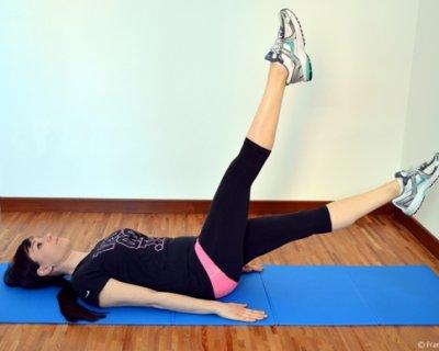 Addominali con sforbiciate a gambe alterne per una pancia snella