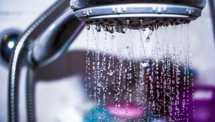 Come togliere la cellulite sotto la doccia
