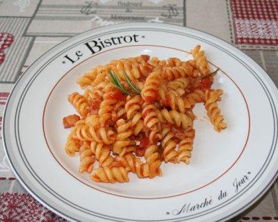 Pasta pancetta e rosmarino, un primo dal sapore affumicato