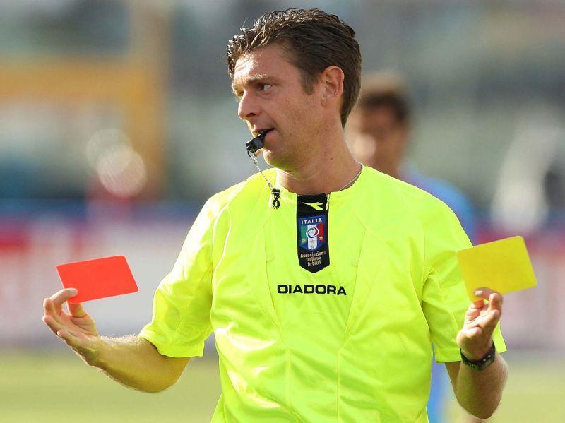 Arbitro di calcio con cartellino giallo e cartellino rosso