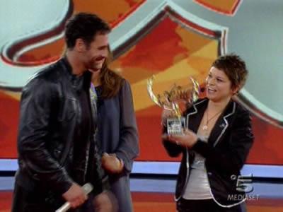 Raoul Bova consegna il premio ad Alessandra