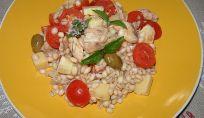 Insalata di orzo estiva, colore e sapore in tavola