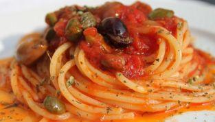 Pasta con capperi, olive  e alici