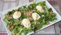 Insalatona con tonno, olive verdi e uova un secondo per tutti