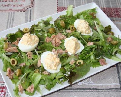 Insalatona con tonno, olive verdi e uova, una ricca insalata estiva