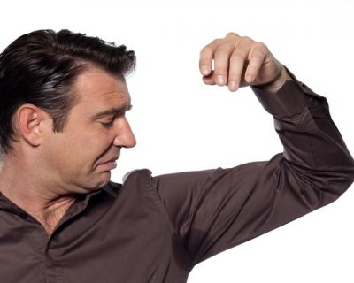 Come togliere le macchie di sudore da maglie e camicie
