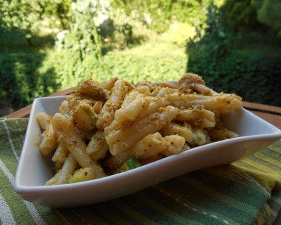 Pasta fredda con pesto di pistacchi e zucchine, un primo goloso e nutriente
