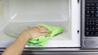 Come pulire il microonde, le soluzioni più semplici e veloci