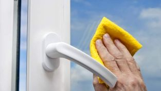 Come pulire i vetri: alcuni trucchi per non usare i detersivi e averli senza aloni