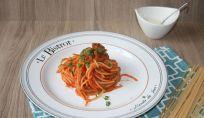 Spaghetti con sugo alle olive, un piatto fast food della cucina italiana