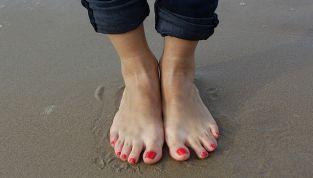 Caviglie gonfie: sintomi, cause e rimedi