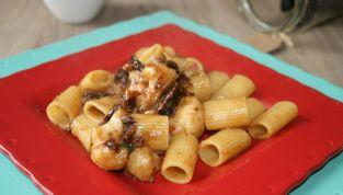 Pasta con cavolfiore e pomodori secchi, un piatto rustico e gustoso