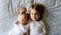 Cosa fare quando arriva il fratellino: strategie anti-gelosia