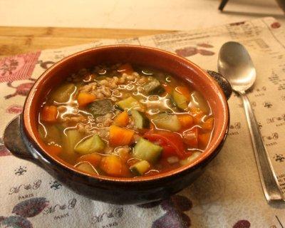 Zuppa di farro con verdure, un piatto povero ma ricco di tante sostanze indispensabili