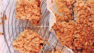 Quadrotti di fiocchi d'avena con marmellata