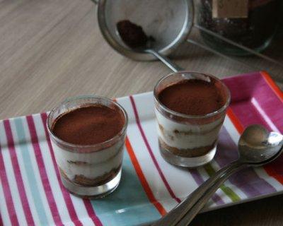 Bicchierini di tiramisu allo yogurt: un dolce leggero per le cene estive
