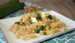 Pasta con zucchine e feta: un piatto ricco grazie ad un formaggio greco saporito