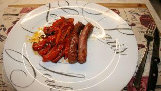 Salsiccia al forno con peperoni, un secondo piatto di carne saporito e goloso