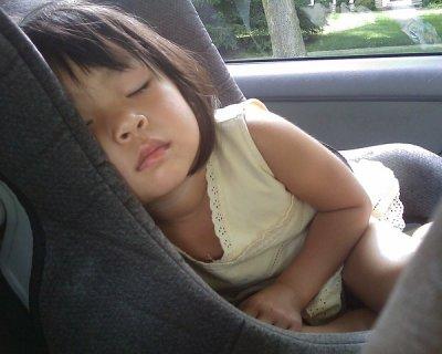 Dimenticarsi i bambini in auto: perché succede?