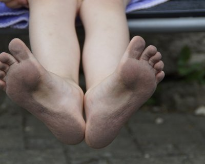 Bambini scalzi: i benefici di lasciarli a piedi nudi