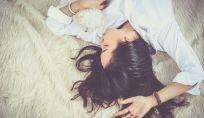 La scienza conferma: le donne che dormono con il cane riposano meglio