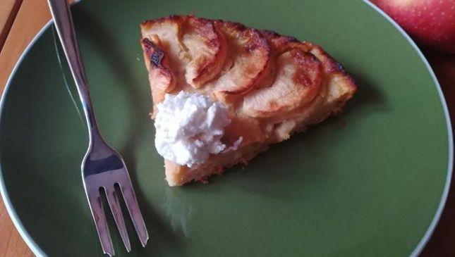 Torta di mele frullate senza zucchero, morbida e con poche calorie