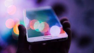 Creme anti luce blu, una difesa contro le rughe da smartphone