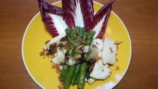 Straccetti di pollo con asparagi e radicchio con sorpresa croccante