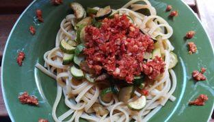 Spaghetti con pomodori secchi e zucchine, semplicità in tavola