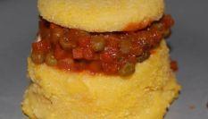 Bauletti di polenta, salsiccia e piselli - Ricetta dei bauletti polenta, salsiccia e piselli su Amando.it