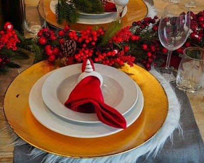Piegare i tovaglioli per la tavola di Natale