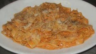 Fettuccine con salsa ai peperoni