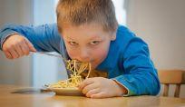 Evitare che i bambini si soffochino mangiando