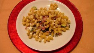 Pasta con pancetta, zucchine e formaggio spalmabile