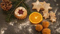 Decorare l'albero di Natale con biscotti, arance e un pizzico di cannella