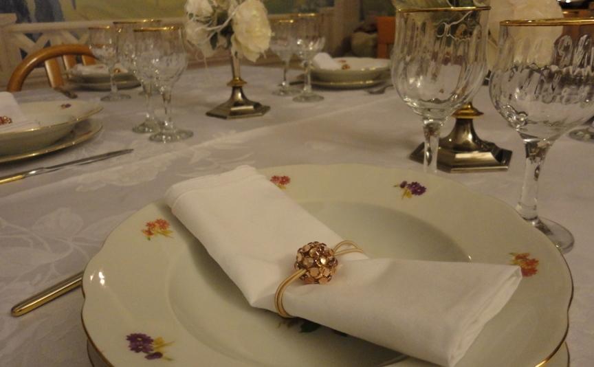 Tavola di natale bianca e oro come apparecchiarla - Addobbi natalizi per tavola da pranzo ...