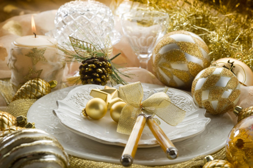 Tavola Natale bianca e oro come apparecchiarla