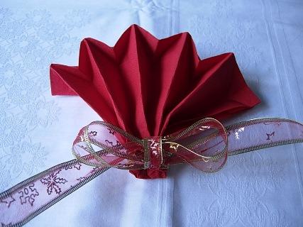 Piegare i tovaglioli a coccarda natalizia - Decorazioni con fazzoletti di carta ...