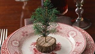 Apparecchiare la tavola con gli alberelli natalizi