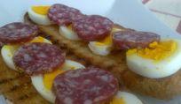 Bruschetta di Pasqua con uova e salame, semplice e gustosa