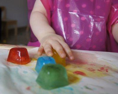 Giochi con il ghiaccio colorato per bambini